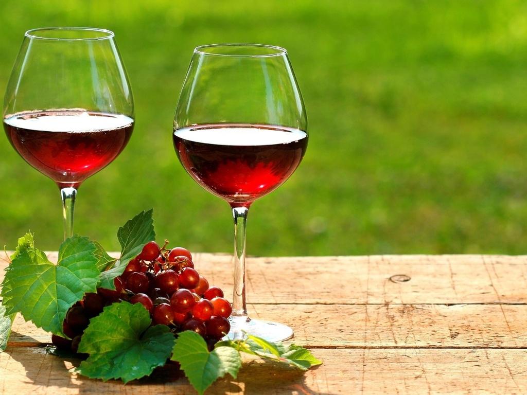 Не только внутрь: необычные, но полезные способы применения красного вина