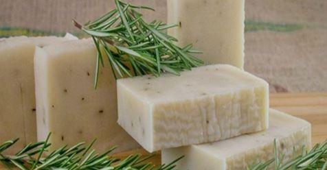Узнайте, как сделать розмариновое мыло, которое помогает предотвратить инфекции, прыщи и покраснение кожи