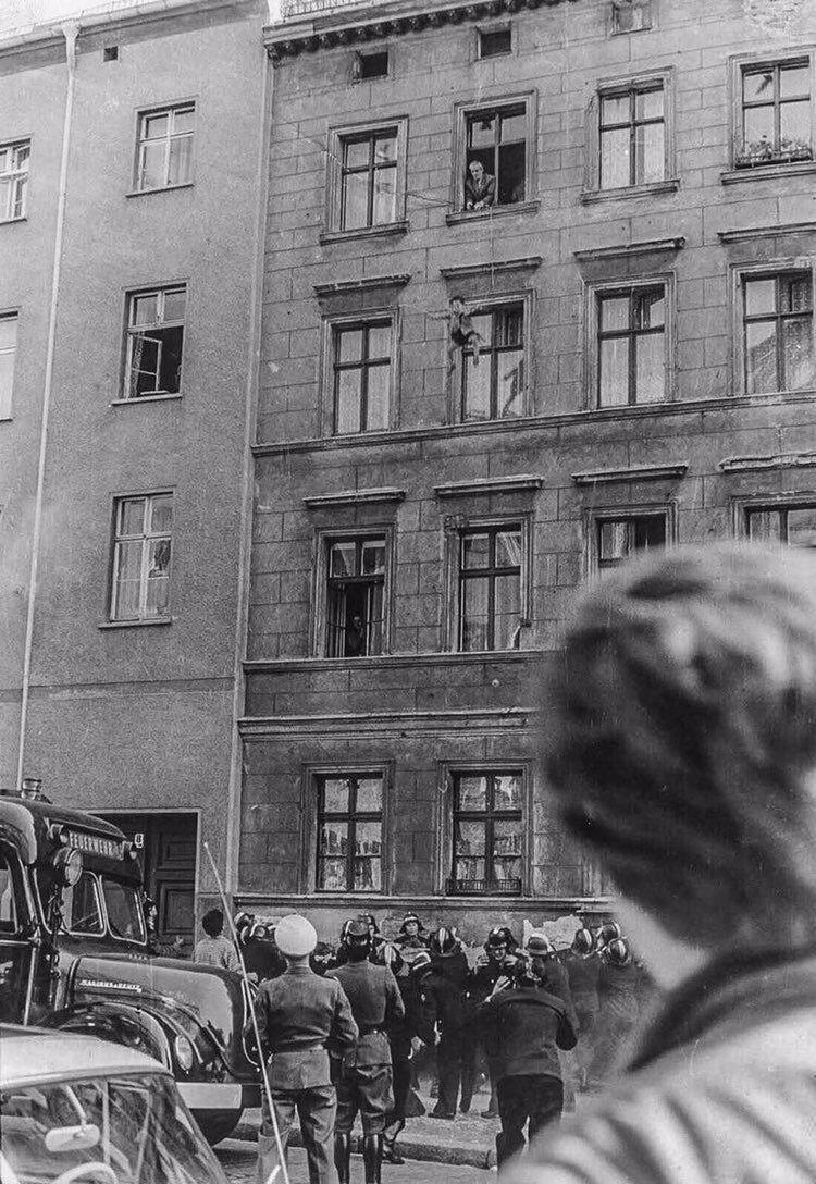Отец бросает 4-х летнего сына пожарным на границе с Западным Берлином, 1961 год. жизнь, прошлое, ситуация, факт