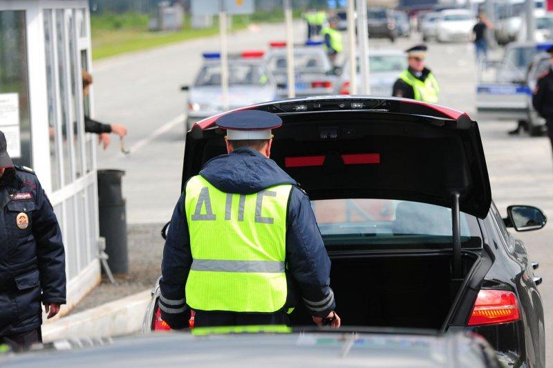 Нужно ли открывать багажник по требованию инспектора ДПС?