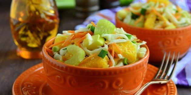Салат с яблоком, капустой, сельдереем, апельсином и соевой заправкой