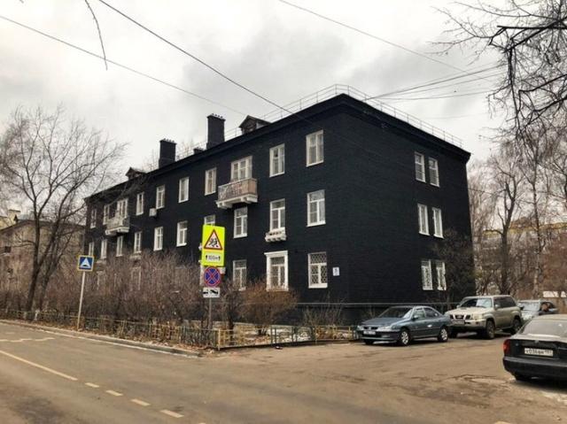 В Подмосковье сталинку покрасили в черный цвет