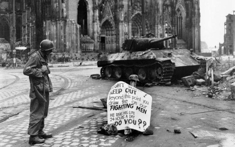 """Американский пехотинец на фоне знаменитой """"Кельнской Пантеры"""" #Фотографии, #история, #факты, .война"""