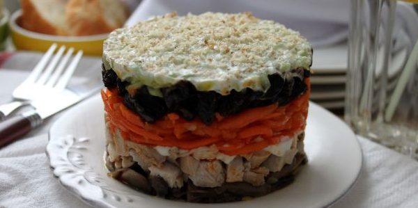 Слоёный салат с черносливом, курицей, грибами, корейской морковью и сливочной заправкой