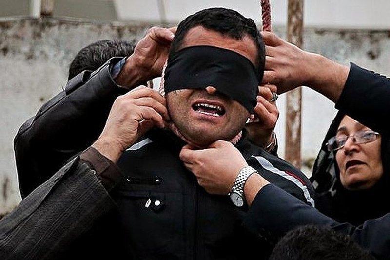 В Иране для того, чтобы заменить смертную казнь на пожизненное семья осужденного может выплатить компенсацию семье пострадавшего (в случае убийства) Смертная казнь, споры, факты, цифры