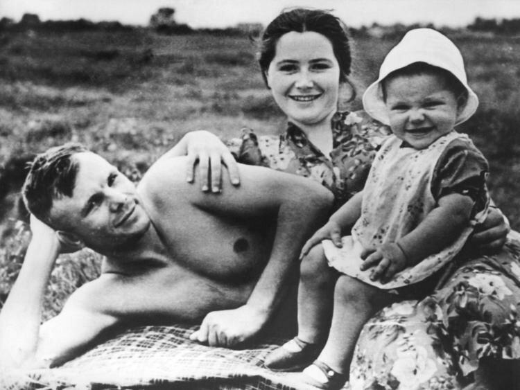 Юрий Гагарин со своей семьей позитив, фото, это интересно