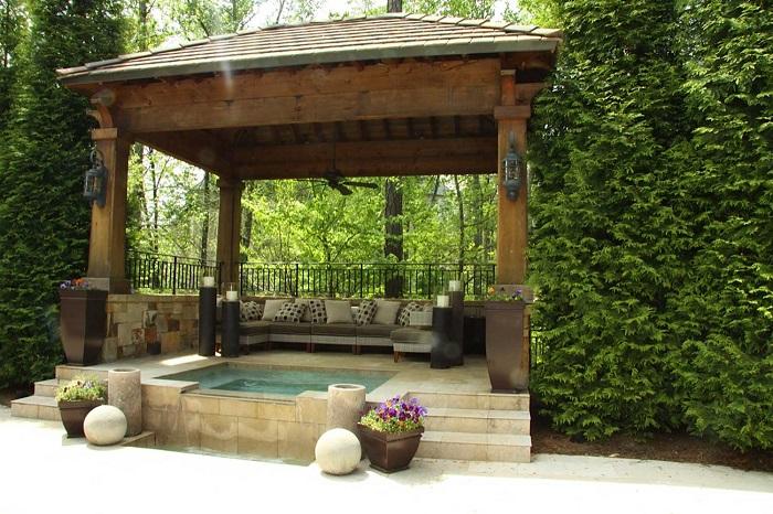 Элегантный дизайн современной деревянной беседки с бассейном.