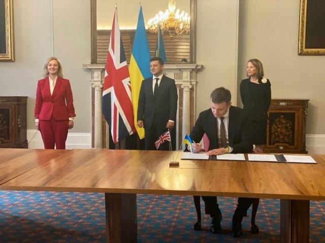 Украинский корабль залег в британский дрейф украина