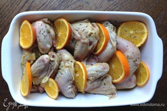 Вынуть цыплят из холодильника. Переложить в форму для запекания. Переложить кусочки цыплят с кусочками апельсина.