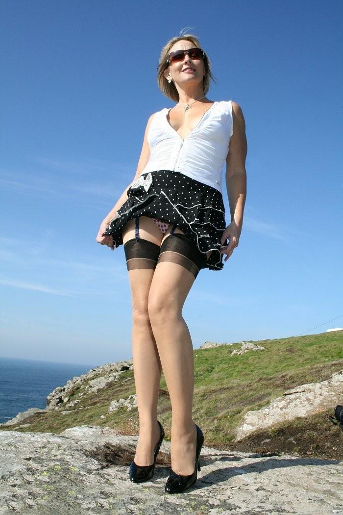 Снял юбку девушке на даче