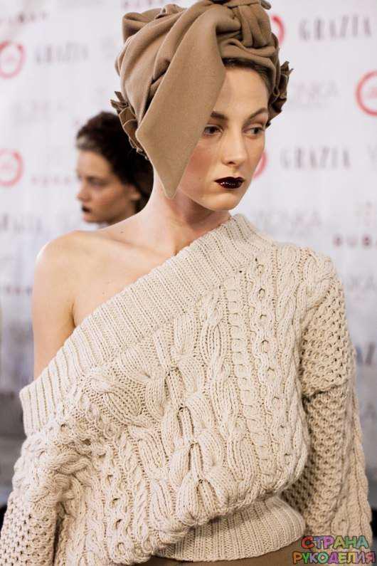 Эффектный объемный вязаный свитер