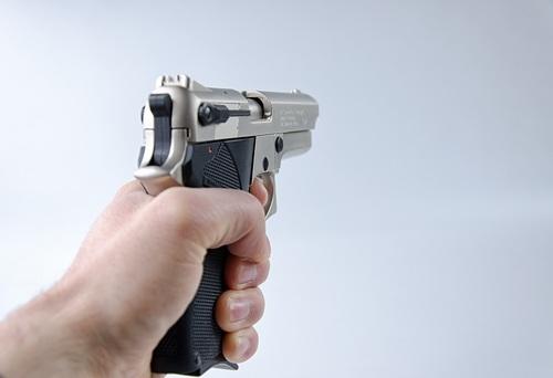 В Солнечногорске тринадцать хулиганов угрожали бизнесмену на парковке