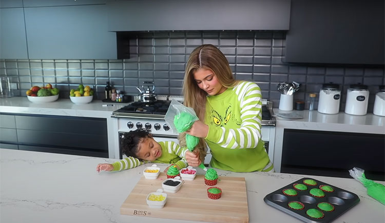 В честь новой бьюти-линейки: Кайли Дженнер и ее дочь Сторми учат готовить новогодние капкейки Дети,Дети знаменитостей