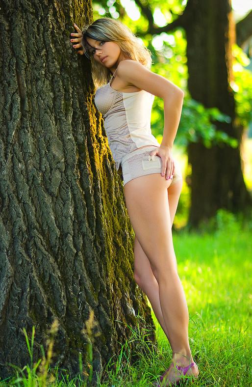 Девушка русская позирует в спортивных штанишках