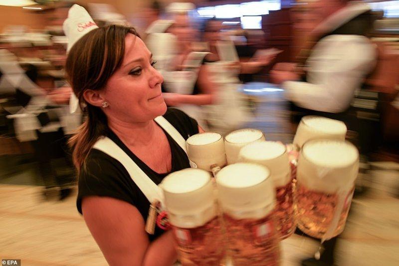 Официантка спешит кому-то на помощь ynews, бавария, гуляния, мюнхен, октоберфест, октоберфест 2018, пивной фестиваль, пиво