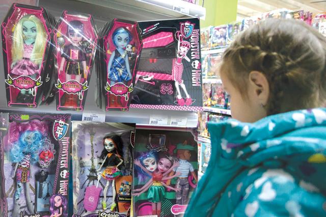 Куклы в гробу, вампиры из меха. Как мода на жуткие игрушки влияет на детей