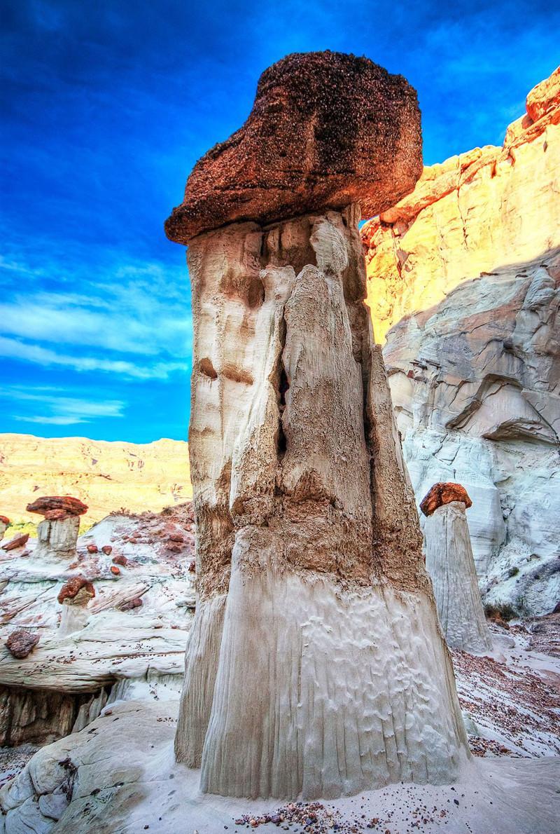 Некоторые грибообразные скалы состоят из 2-х разных пород, одна из которых лежит наверху другой. Это могло образоваться в результате камнепада или землетрясения: интересно, история, камни, скалы, факты, чудеса света