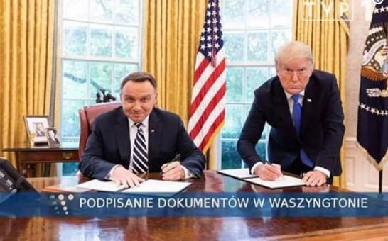 «Я упал со смеху»: Дуда подшутил над обработанным в фотошопе снимком Трампа
