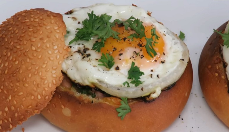 Завтрак за 10 минут: яйцо в булочке с ветчиной и сыром