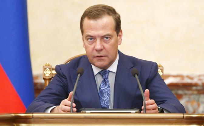 Пенсии: Медведев бросит народу кость, обглоданную олигархами