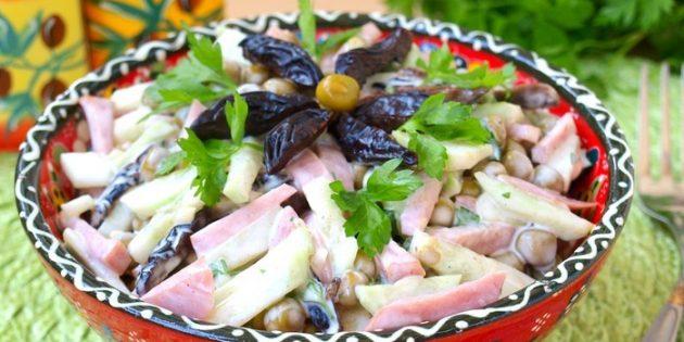 Салат с черносливом, ветчиной и зелёным горошком