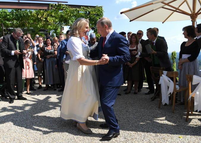 Владимир Путин станцевал с Карин Кнайсль на ее свадьбе