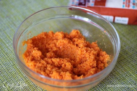 Измельчить массу до однородного состояния. Если масса получается сухой, можно добавить немного яблочного и морковного сока, у нас должна получиться вязкая сочная масса.