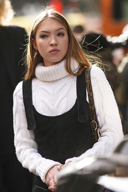Как носить свитера и кардиганы, чтобы справиться с зимней хандрой: разбираем уютные и яркие образы от звезд Звездный стиль