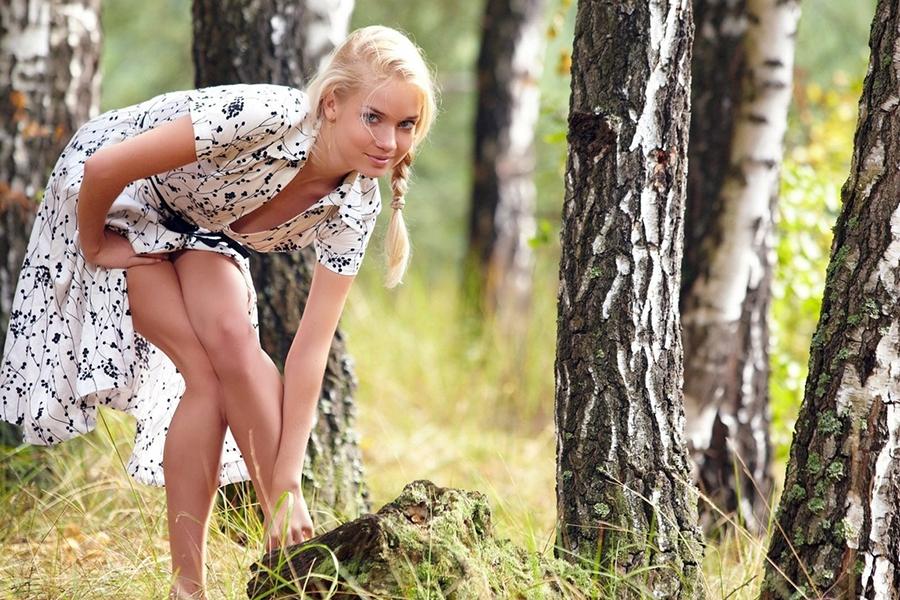Девочки развлекаются на природе секс