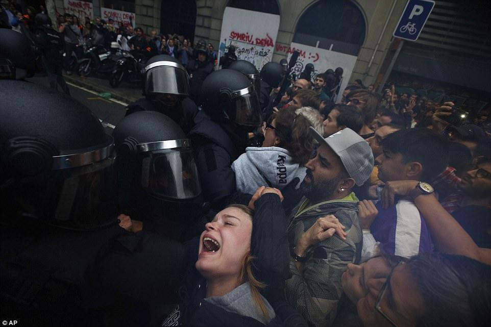 Референдум в Каталонии: полиция жестко разгоняет голосующих