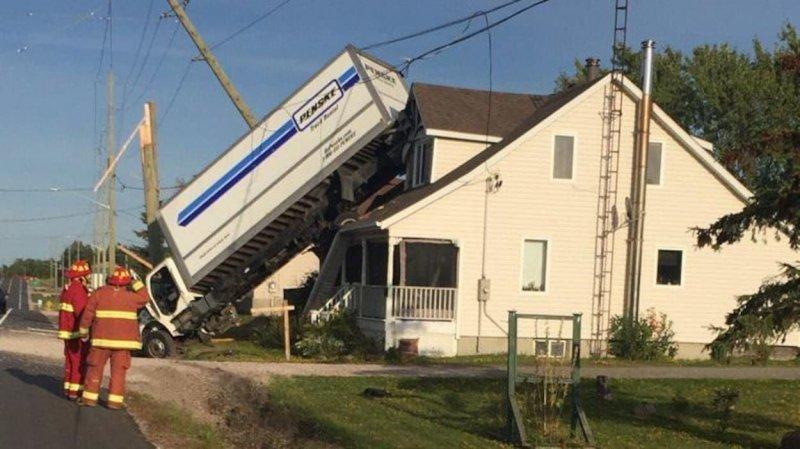 В Канаде грузовик влетел в канаву и приземлился на крышу дома аварии,авто,дорога,происшествия