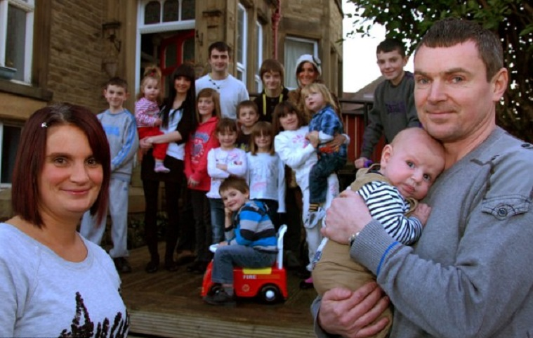 Пара из Великобритании родила 21-го ребенка и пообещала, что это будет последний: как живет многодетная семья