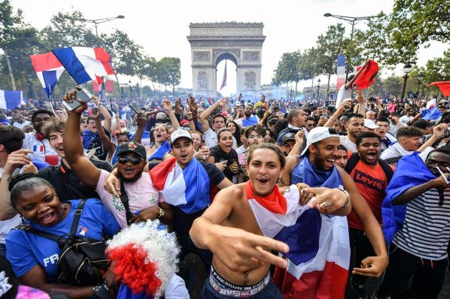 Париж обезумел после победы …