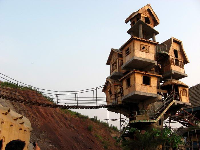 1. Дом на дереве в Чунцин (город в Китае). Расположенный в городе Чунцин, этот дом представляет собой конструкцию из нескольких небольших домиков, соединенных вместе.