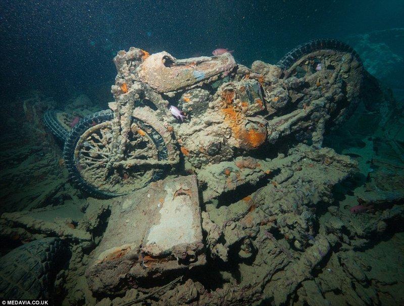 Затонувший корабль британского флота, перевозивший военную технику жизнь, затонувшие, под водой, страшно, техника, удивительно