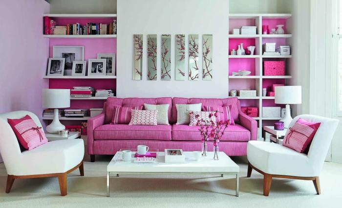 Припудренные пастельные тона стен и белых кресел – прекрасный антураж для более ярких цветовых акцентов.