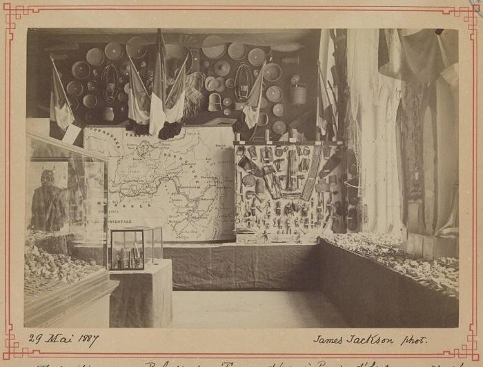 Коллекция экспонатов с картой территории.