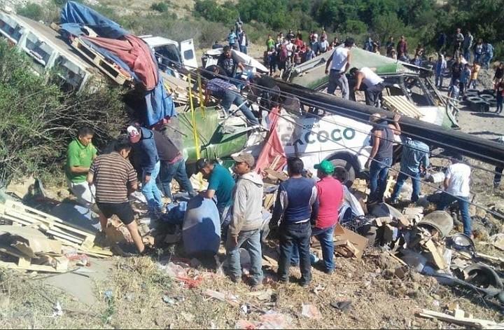 В Мексике 11 человек погибли при столкновении грузовика и газели