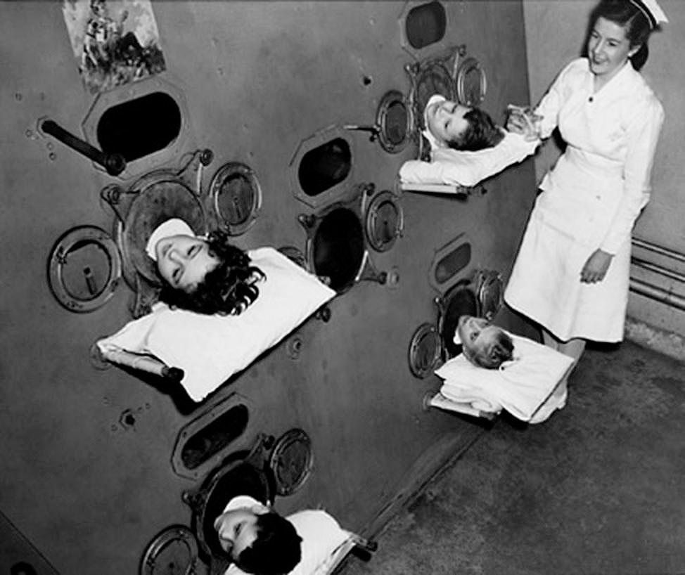 """15. Аппарат """"Железные легкие"""", приблизительно 1950 год. До изобретения вакцины от полиомиелита маленьких больных помещали в аппарат """"железные легкие"""", который симулировал дыхание."""