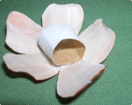 Делая ромашки для подарка к 8 марта решила показать вам поэтапно как делаются самые простые цветы из соломки с приданием полуобъема. МК для начинающих, кто еще не умеет работать с соломкой, поэтому все подробно. . Фото 19