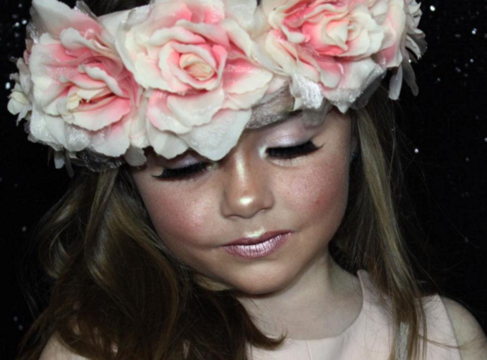 Шестилетняя девочка, которая умеет краситься лучше, чем ты
