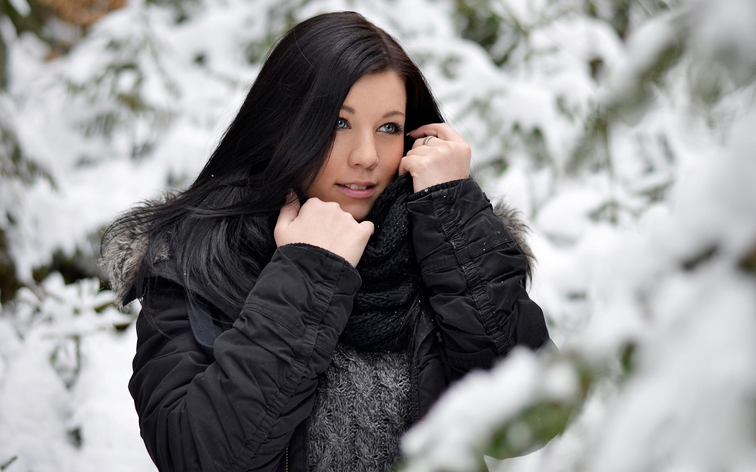 Красивые девушки фото брюнетки дома в одежде зимой