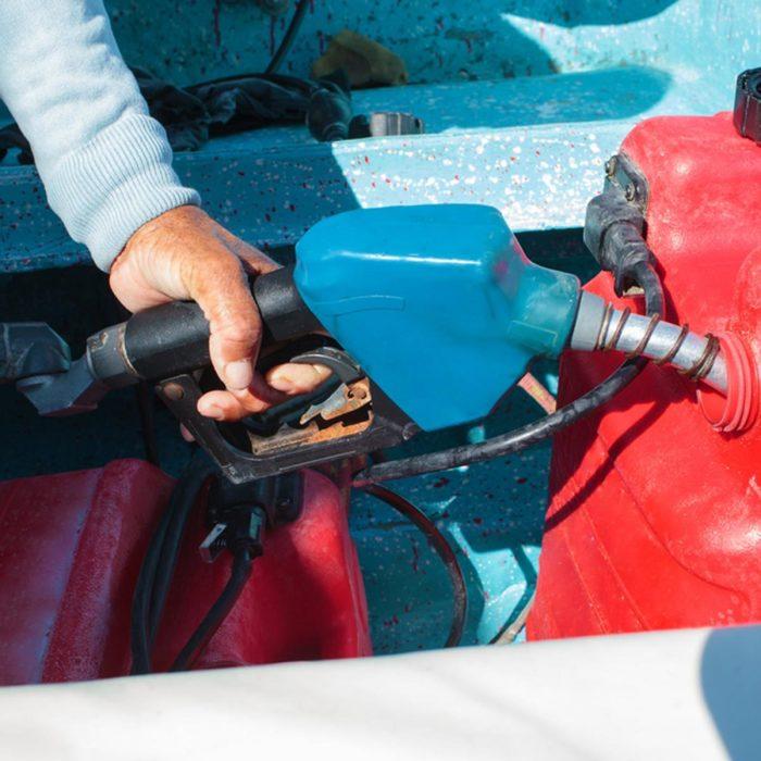 Нужно заправляться именно тем бензином, который указан в руководстве по эксплуатации автомобиля. | Фото: familyhandyman.com.
