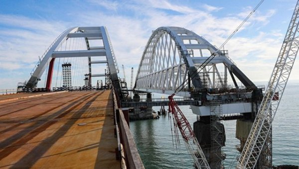 """Минтранс рассказал о """"поэтапном"""" запуске движения по Крымскому мосту"""