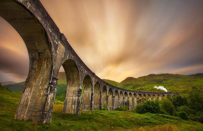 Виадук Гленфиннан - самый фотогеничный железнодорожный мост Шотландии.