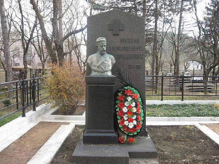 Надгробный памятник Николая Ярошенко.