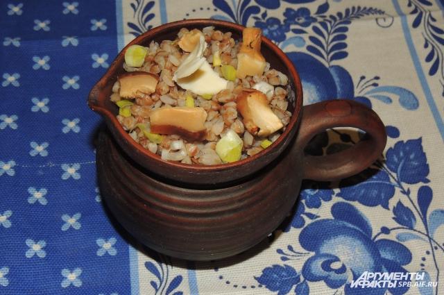 Под сименухой скрывается гречка с грибами, луком и яйцом.