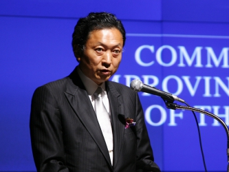 Экс-премьер Японии искал в Крыму танки и голодающих людей