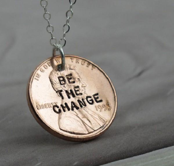 С помощью штампа для чеканки монет можно сделать вот такой симпатичный кулон. Особенно хорошо будут выглядеть монеты, привезенные из другой страны. дизайн, креатив, монета, украшение