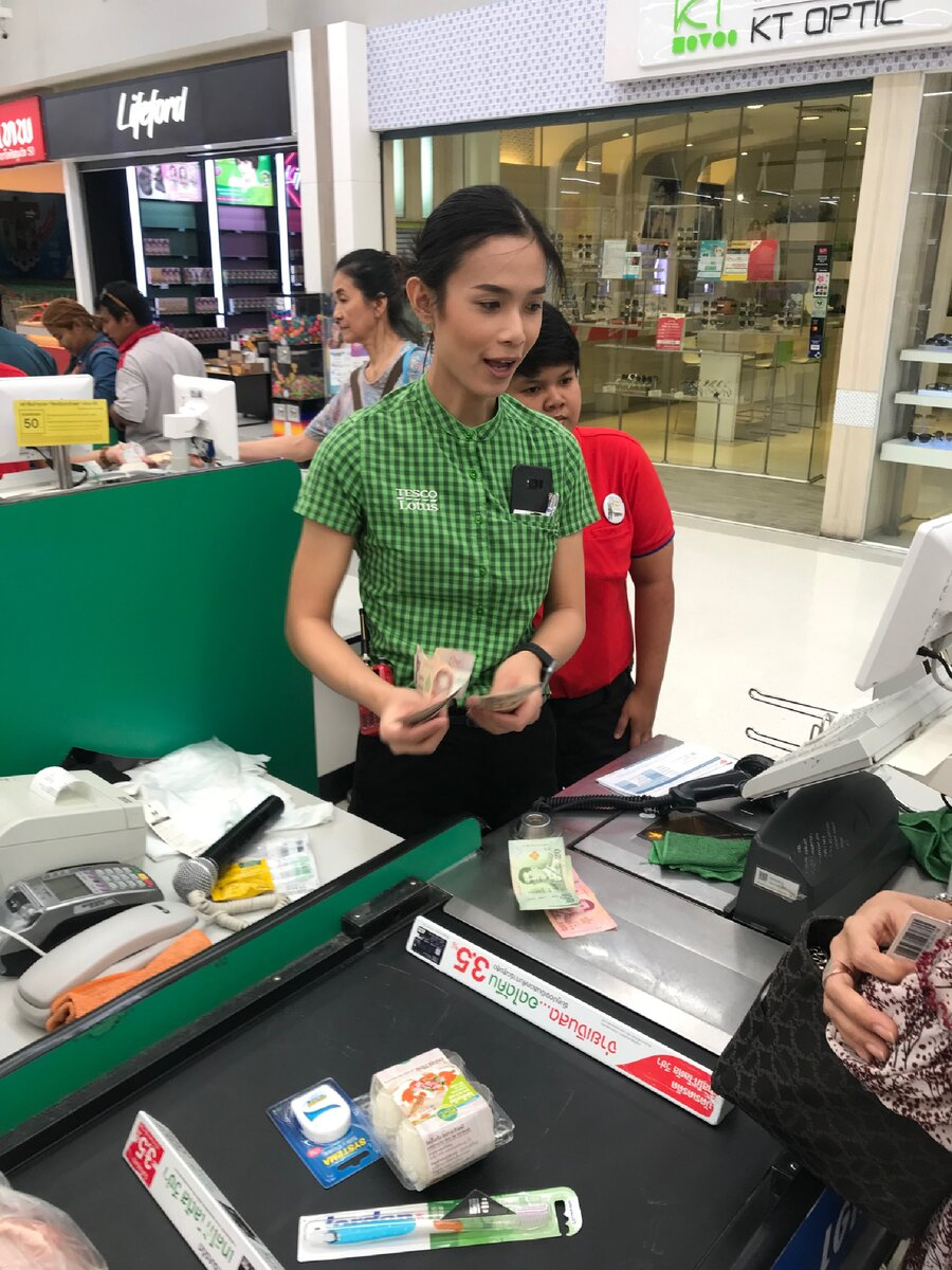 Зачем менять пол, чтобы потом работать в продуктовом магазине - задал вопрос тайскому трансгендеру гендер,жизнь,странности,Таиланд